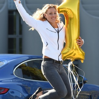 The new tennis World number One poses during a photo call after her arrival at the Franz-Josef-Strauss-airport in Munich // AFP